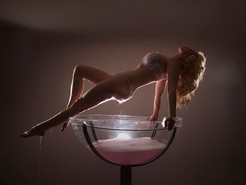 burlesque-champagne-glass-performer